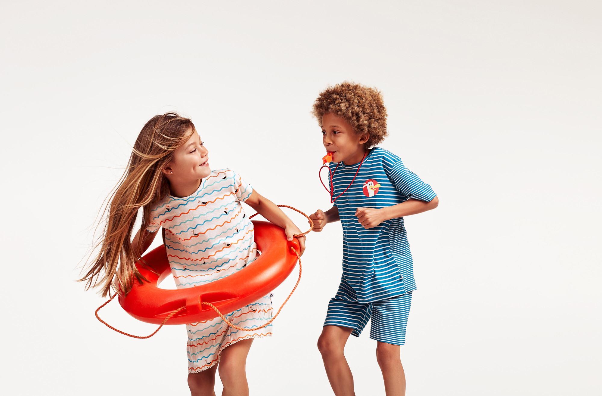 Woody : een jongen en een meisje spelen in Woody pyjama's