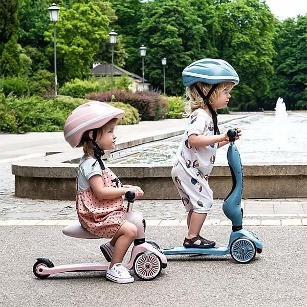 2 kindjes die aan het steppen en fietsen zijn op de Highwaykick 1 van Scoot and Ride
