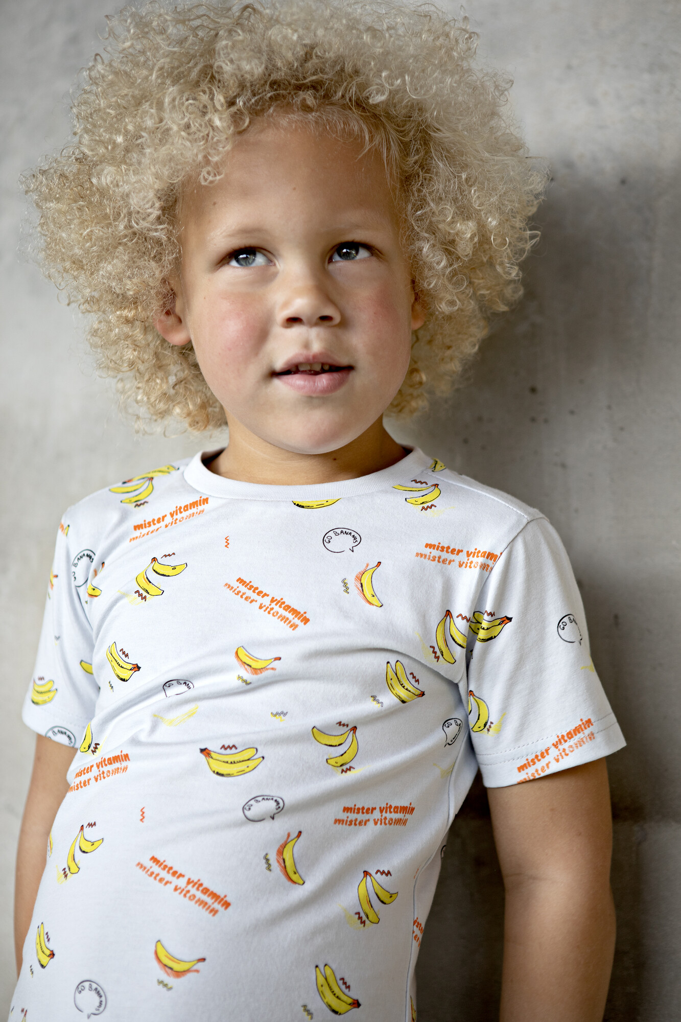 Mini Rebels : blond jongetje met t-shirt met leuke print.