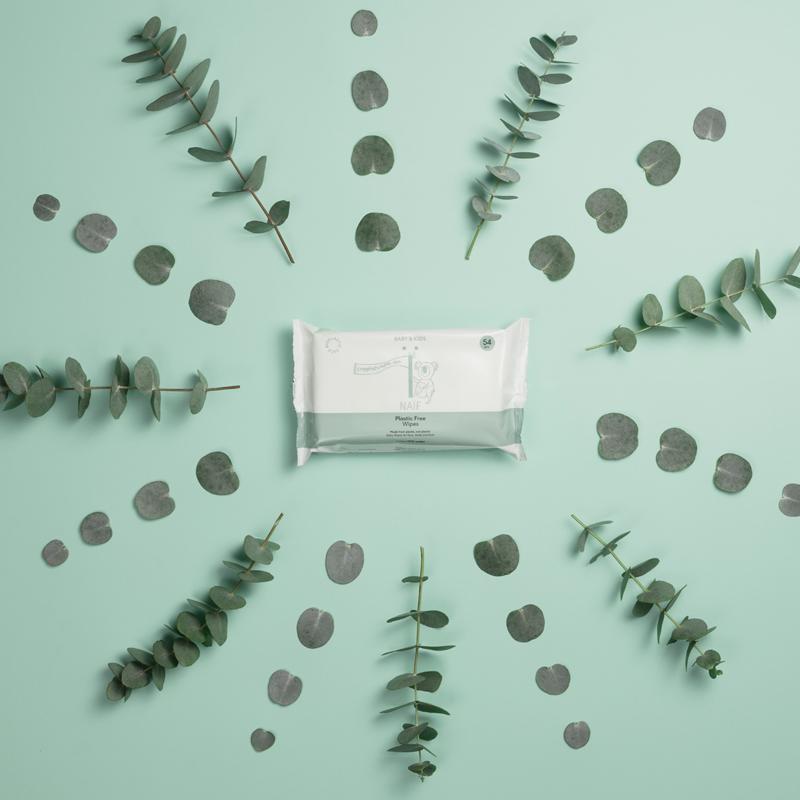Pakje billendoekjes van Naïf op een groene achtergrond omringd door takjes eucalyptus.