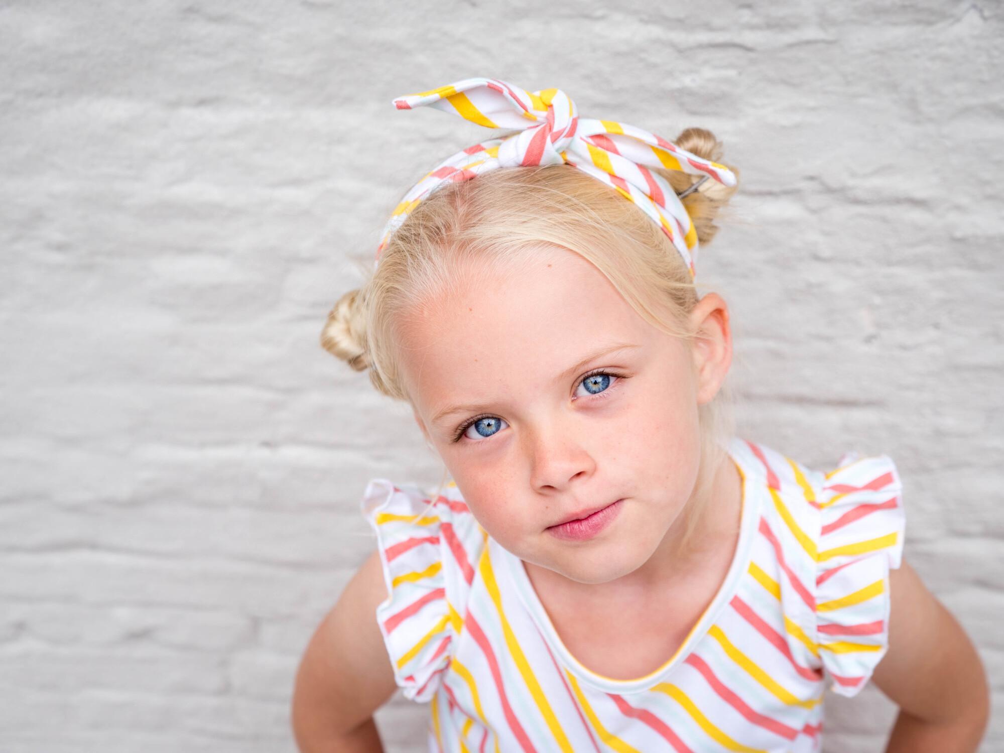 Lily Balou : meisje met gestreepte t-shirt met korte mouwen en een vrolijke haarband